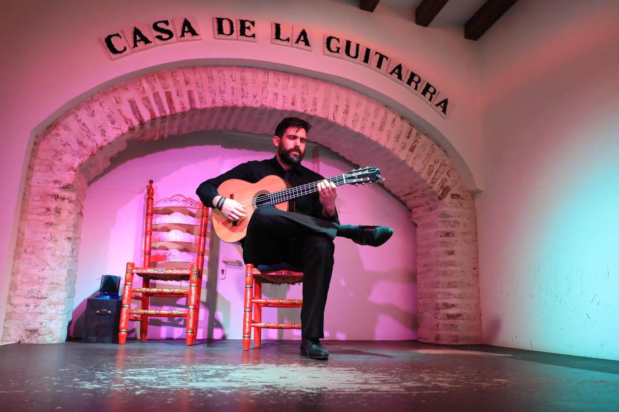 sevilla-2100-flamenco-guitarist