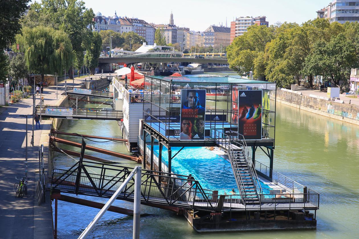 andere-kant-van-wenen-1335-zwembadboot