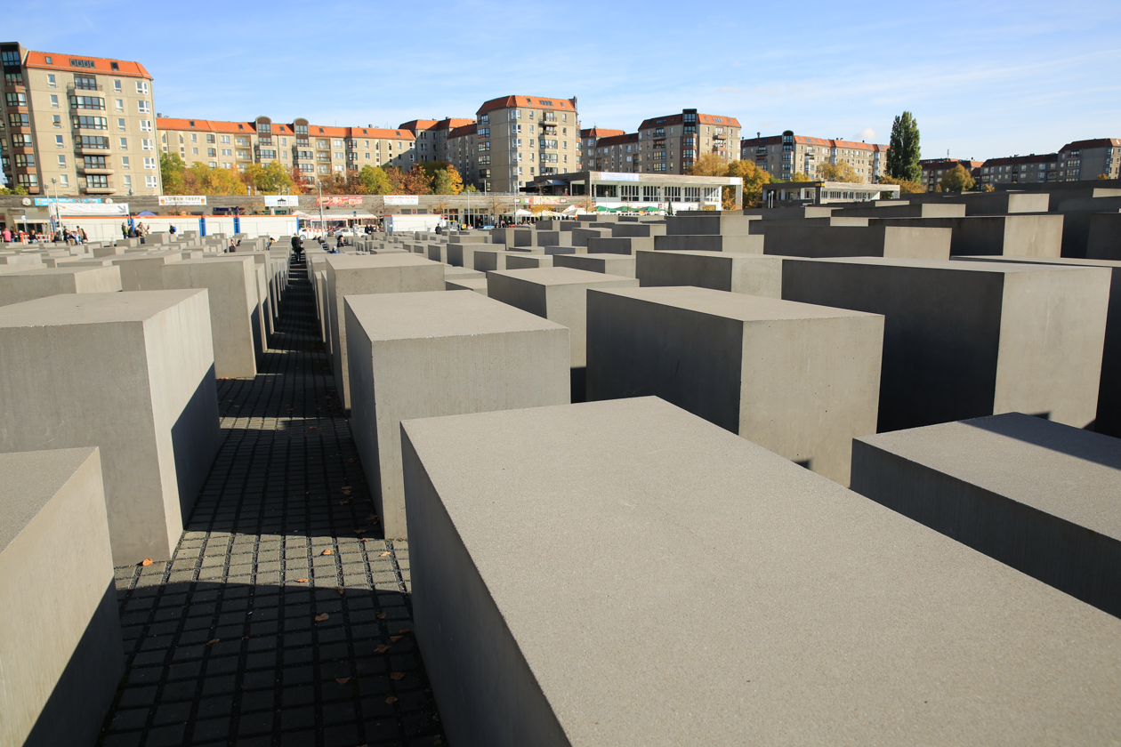 1220-3-holocaustmonument