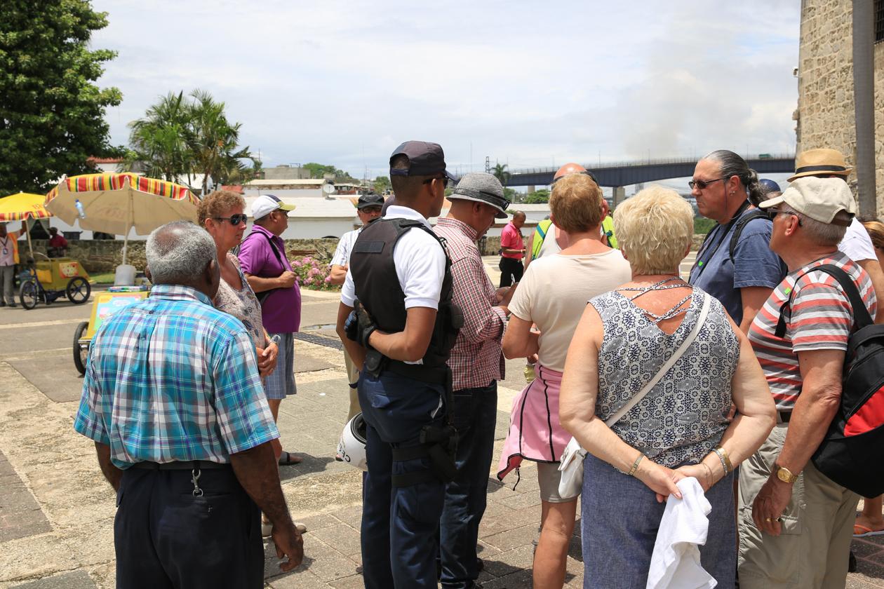 santodomingo-1300-politiebezoek