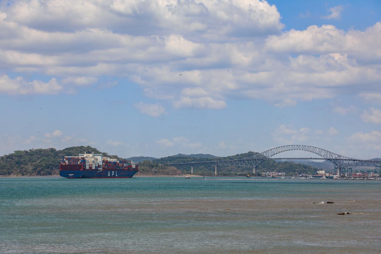 containerschip richting het Panamakanaal