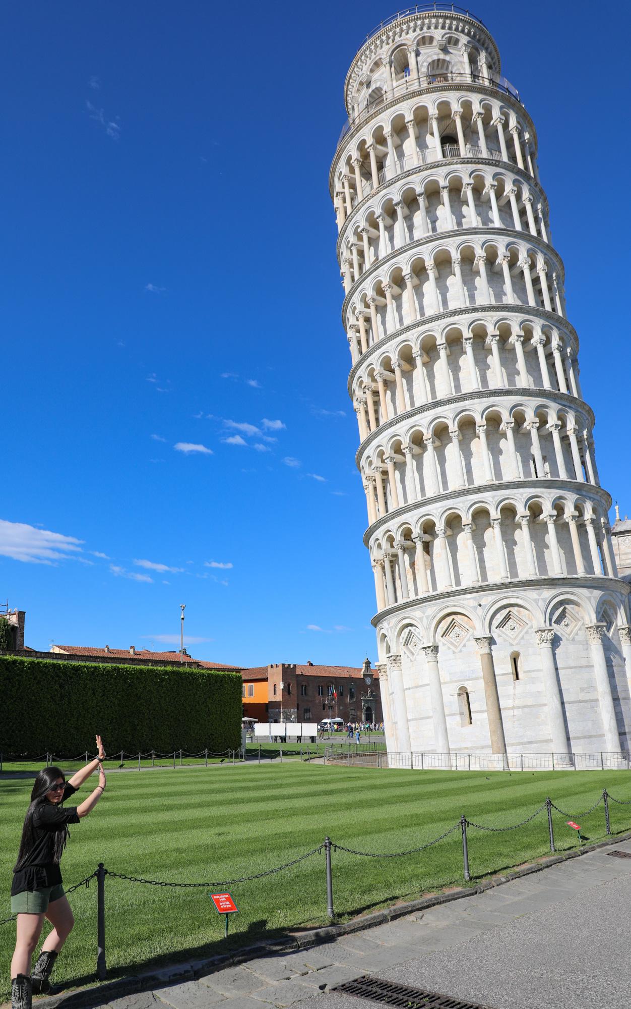 poseren met de toren van Pisa