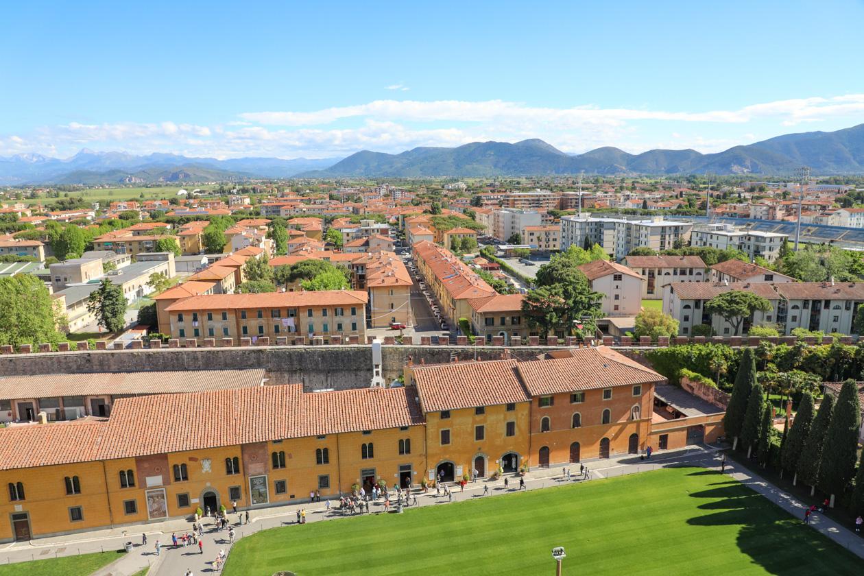 uitzicht vanaf de toren van Pisa richting de bergen