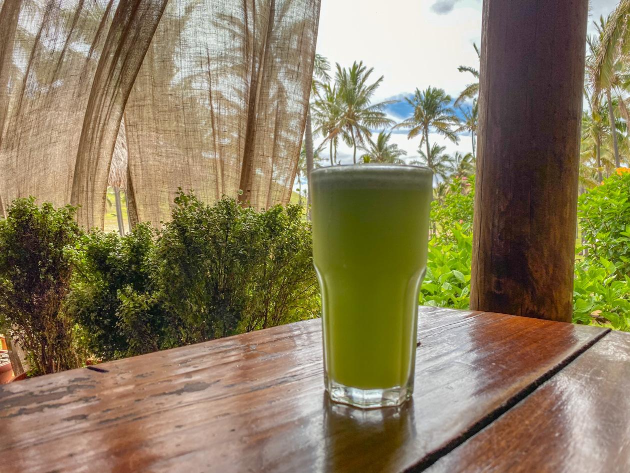 grote glas met verse limonade