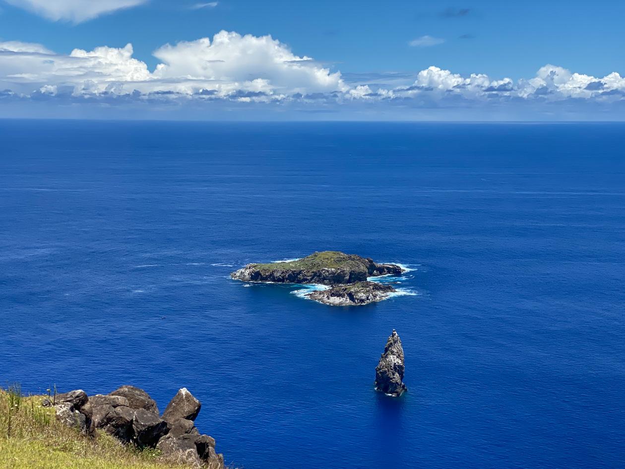 de rotseilandjes Motu Nui en het kleinere Motu Iti
